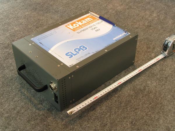 Bateria para ciclomotor con BMS Esta es lacaja de una bateria que lleva incorporado el sistema BMS. Tiene entradas separadas para carga y descarga.