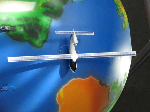 Hydrogen airplane El deposito guarda 27 kg de hidrogeno lichido y puede alcanzar de 300 a 400 kg. Con esto se puede volar 3000 km.