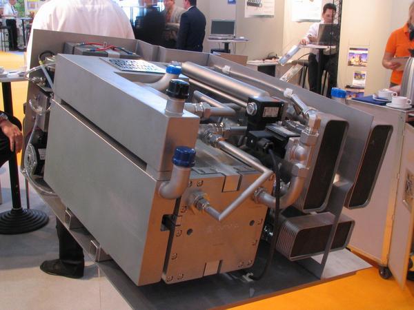 Acumulator pe motorina Teava din stanga sus e pentru combustibil, jos e cea pentru apa. Apa este neaparata pentru reactiile chimice ale combustibilului.