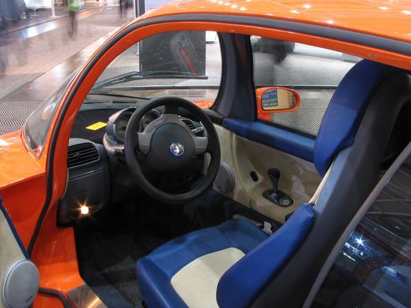 Carlinga de la Jetcar Intrarea in masina se poate face pe unica usa situata pe partea stanga. Ar putea fi o masina potrivita pentru un reprezentant de vanzari care are doar nevoie de un mic portbagaj.