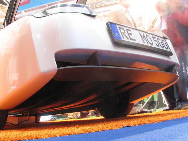 Loremo aerodynamic rear below How to drive a 470kg car with 220km/h without flying? A view below the car reveal the secret: the flat underside ascends behind.