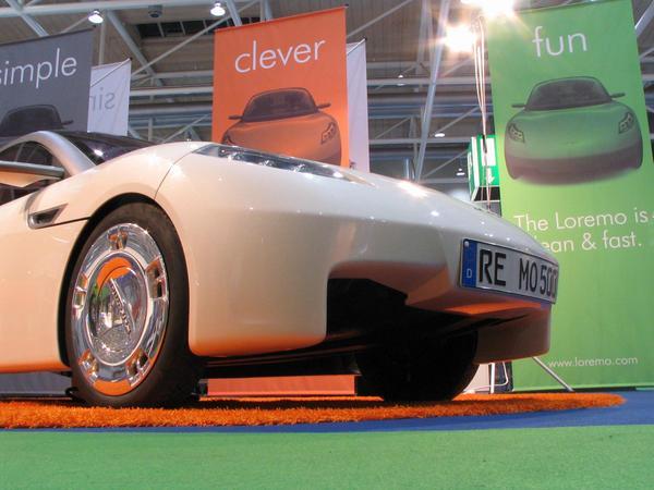 La parte inferior de Loremo es aerodinamica Lo que no es visible desde arriba: La parte inferior del Loremo es plana y formada como un ala . Y estan aquí  los coches más convencionales.