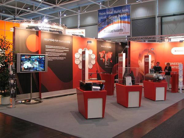 Magna Steyr Firma Magna Steyr prezinta in Hannover 2007 componente dinindustria constructiilor de masini. Pe podium in partea stanga se poate vedea o baterie pentru masinile de tip hibrid.
