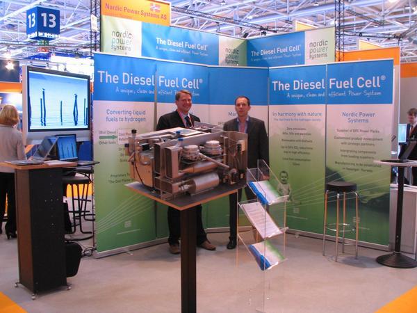 Nordic Energy Systems El ano pasado solo hubo mockup, este ano -el prototipo. Un acumulador adaptado a diesel o aceites vegetales. Esa unidad de 4 kw esta disenada como una APU para vehiculos que transportan congelados.