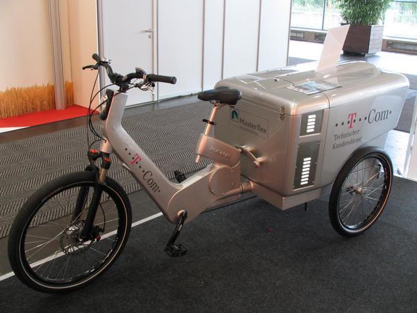 T-Com solucion para empleados Un ciclomotor electrico muy potente con maletero para los empleados, disponible por 2000 E. Pero esta solo para los trabajadores de T-Com. Una bici de 250 W para transportar cosas