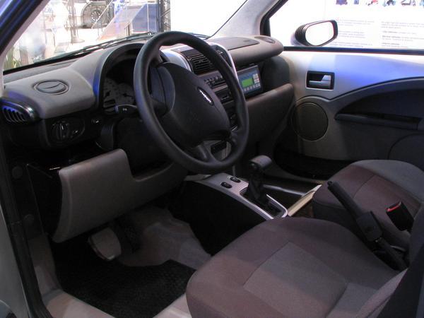 Think interior O fotografie din interiorul la Think. Zici ca e o masina obisnuita , doar ca are schimbatorul automat.