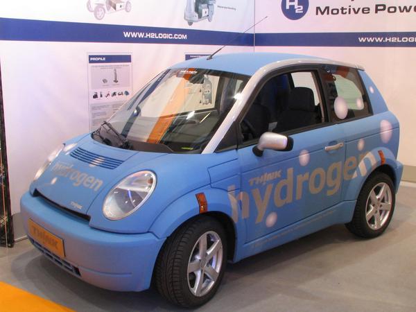 Think hydrogen fuel cell Aceasta masina poate merge 150 km cu butelia de 1.5 kg de hidrogen sau bateria Zebra, situate sub scaunul din dreapta.