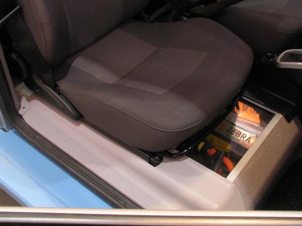 Zebra battery in Think Debajo del asiento derecho frontal se encuentra la bateria Zebra que permite conducir 150 km a base de energia electrica.