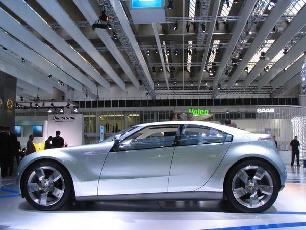 Chevrolet Volt vedere laterala Vedere laterala a automobilului care arata un design modern si o forma aerodinamica.