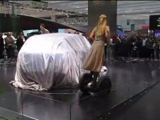 Revelatia targului IAA 2007 2 dansatori au dat un spectacol in fata unui automobil acoperit care reprezenta atractia cea mare a targului.  La sfarsitul spectacolului l-au dezvelit si aratat tuturor  - scooterele Segway. Picture 1