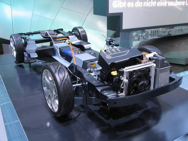 Flextreme chassis based on Opel Astra Opel builts the Plug-in-Hybrid Flextreme with as much parts from the large serial construction. So the chassis is from the Opel Astra.