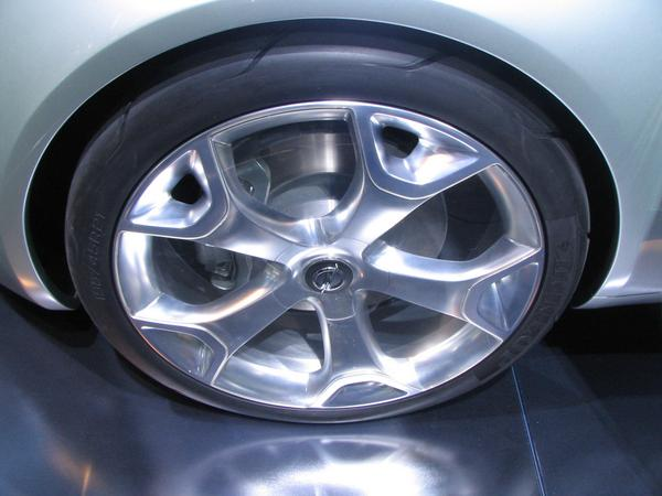 Aerodynamic optimized rims Who looks exactly will notice the transparent plastic at the large free spaces of the rim. Only the small free spaces let air to the disk brakes.