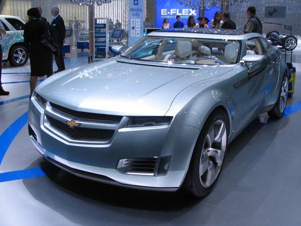 GM Chevrolet Volt Noul Chevrolet Volt cu incarcare la priza prezentat la Targul General Motors ne arata si alte variante de a genera energie: un motor pe baza de petrol sau un depozit de hidrogen in locul motorului diesel.