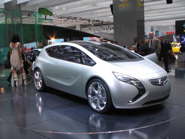 Opel Flextreme Plug-in-Hybrid 55 km is the range of the Flextreme only with electric power. On longer distances produces a 1,3 litre Diesel engine with a 53 kW peak generator for the supply with electric power.
