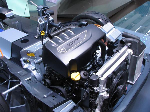 Serial Hybrid Opel Flextreme The 1,3 litre Dieselengine with urea exhaust cleaning resides in the usual position, but it propels only a generator with 53 kW peak performance.
