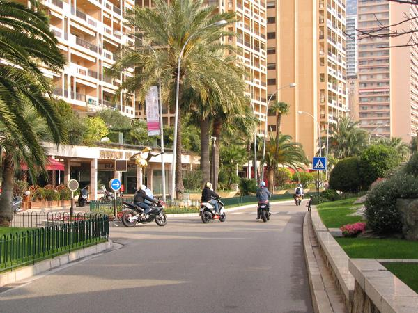 Key question for Monte Carlo More rattle stink scooters or more tourists? What has more value for Monte Carlo? Technic objectors remaining at gasoline scooters instead of electric scooters or tourists?