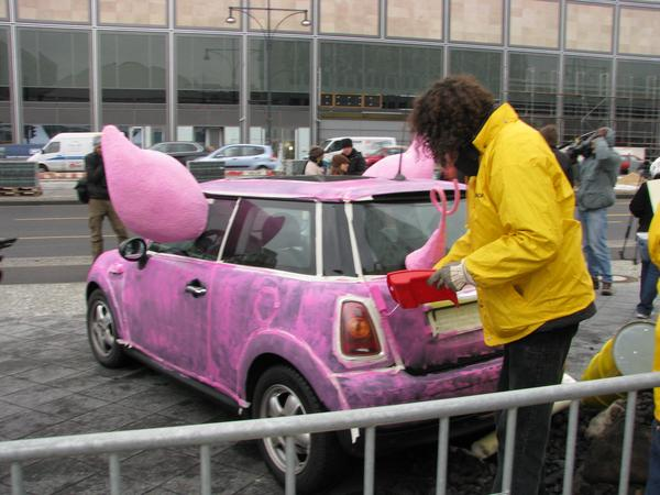 Greenpeace BMW Mini 1993, Robert Santner introduced the GEMINI house planned by PEGE to Greenpeace in Vienna. The energy speaker of Greenpeace anwered at this time: