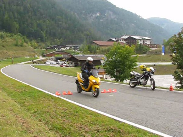 Emergency brake with the motorcycle An emergency brake is at the motorcycle far more difficult than at a car. In the last exercise, I brake first with 40 km/h,  two times with 50 km/h and two times with 60 km/h.