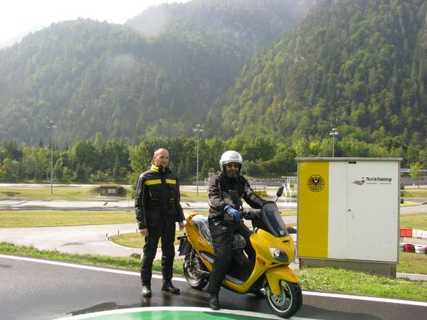 Premiere in the driving security center Brandlhof For the first time, the driving license training for 11 kW 125 ccm motorcycles is completed on an electric scooters. Left the driving trainer Hannes, right Roland Mösl in a solar scooter sport.