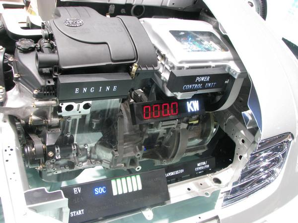 Motor in BYD F3 DM Left the 1 litre 50 kW gasoline engine, right the 50 kW electric engine. Above the engine controller.