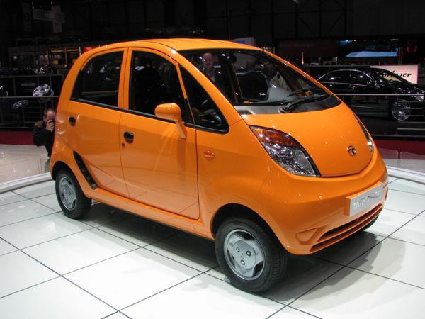 Tata Nano La empresa Tata ofrece con este coche Nano, una circulacion mas segura. Los que han transportado a sus 2 hijos mas la esposa con un ciclomotor, saben a que me refiero.