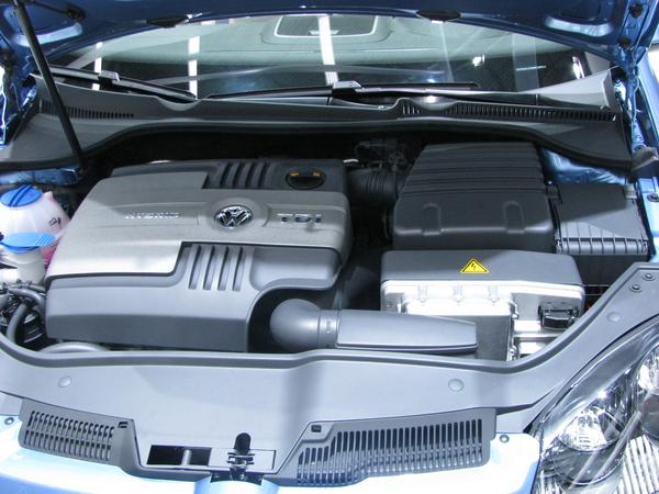 VW Golf Dieselhybrid 55 kW Diesel engine in the photo left. The 20 kW electric engine is not visible in the photo. Even when the much to small 1,3 kWh battery would be replaced by a 10 kWh battery,