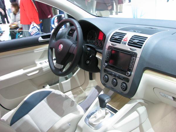 VW Golf Hybriddiesel El interior es uno de los tipicos disenos de  Volkswagen .