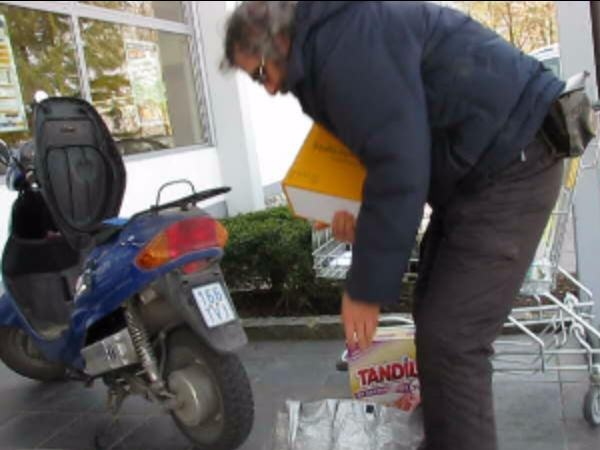 Shopping with the electric scooter Video (26,6 MB) how to stow all the purchases on an electric scooter. A practical counsellor for the time after the next huge oil price explosion.
