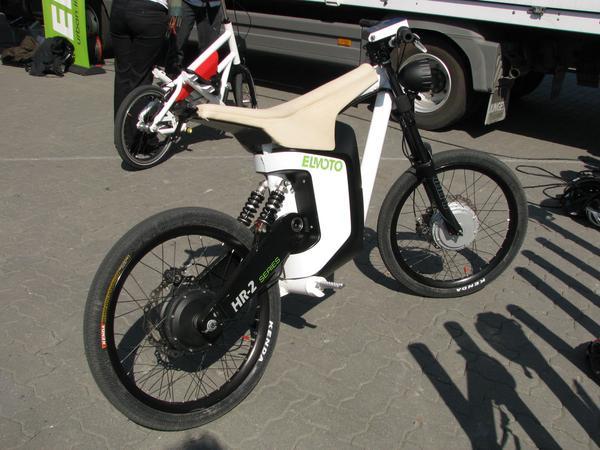 Motocicleta germana electrica Elmoto HR-2 Acesta este vechiul model Elmoto, dar transformat in electric cu 2 motoare electrice, unul pe fiecare roata. Dar nu e suficient de puternic incat sa porneasca dintr-o rampa de 12% cu o persoana de 80 kg pe ea.