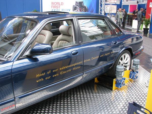 Daimler and Jaguar pronto electricos Pronto veremos a representantes de ventas en un Daimler o Jaguar con motores electricos. Vendedores que cambien esos coches fosiles por unos coches electricos ?!