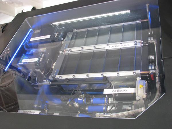 Ecocarrier HY3 acumulatori Acesti acumulatori pot sa transforme hidrogenul in 154 kwh furnizori de energie pt 250 km. Dar pentru ca sa produci aceasta energie si sa o comprimi prin electroliza e nevoie sa consumi 186 kwh.