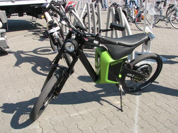 Elmoto moto electrica de Alemania Mas tarde probe tambien con el nuevo modelo. Este solo tiene un motor grande situado en la rueda trasera.  Intente subir esa cuesta nada mas arancar. No fue posible, tuve que empujar con los pies para conseguirlo.