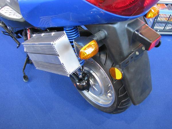 Motor y control en la rueda misma. Este sistema de control y su motor se encuentran dentro del eje de la rueda. Con sus 6 kw alcanza la velocidad de 90 kmh.