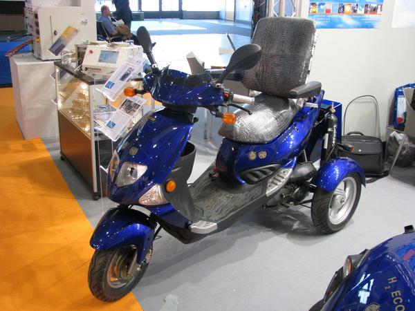 Ciclomotor con hidrogeno para discapacitados. Es increible este ciclomotor a base de hidrogeno; alcanza 15 kmh y aguanta 25 km con solo 2 bombonas de hidrogeno....!!!