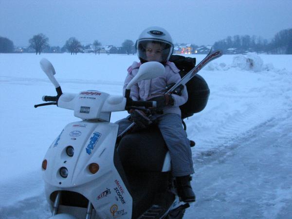 De vuelata a casa A mi hija le hubiera encantado seguir jugando en la nieve con el trineo pero para mi no era tan faci manejar la moto en esas condiciones.