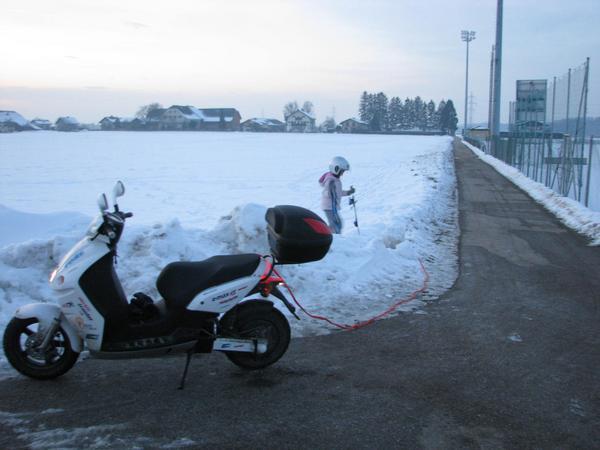 Los montones de nieve molestan Me vino una ideea excelente para esquiar. Yo con la moto porun camino sin nieve y Johanna por el lateral de un campo que si tenia nieve, pero el problema fue que nos topamos con la nieve amontonada en montones durante el trayecto.