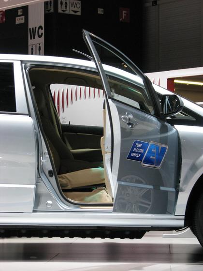 Height of the battery in the BYD e6 In the area of the front seats is the battery a little bit higher. The total size is 175 cm length, 95 cm width and 30 cm height, as far as it was possible to measure accurate.