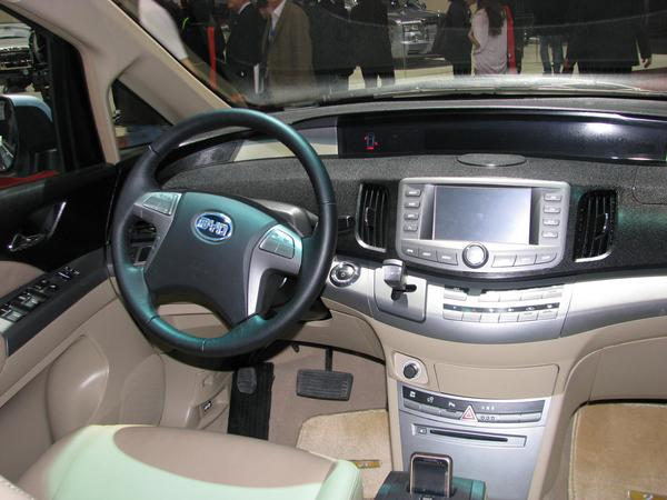 Dashboard BYD e6 Coherent with the price is the dashboard of the BYD e6. All what You would expect in an ICE car of the same price class.
