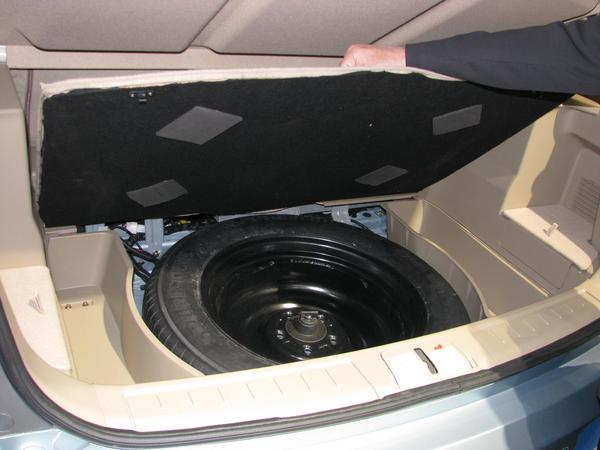 Spare wheel below luggage department The spare wheel with the dimension 225/65R17 102H takes occupies much space. When I will drive a BYD E6, the spare wheel will remain at home,