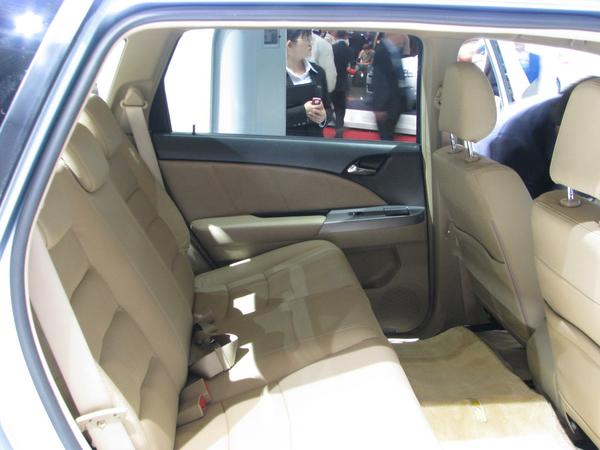 Back seat in BYD E6 Comfortable 38cm to the front seat have the passengers in th fond.