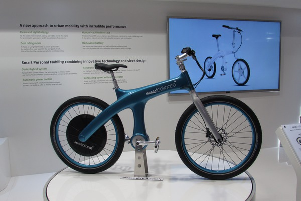 Bicycle pedelec without chain This pedelec is designed as a serial hybrid. The human-driven pedals have no mechanical connection to the drive wheel. Only electricity is generated.